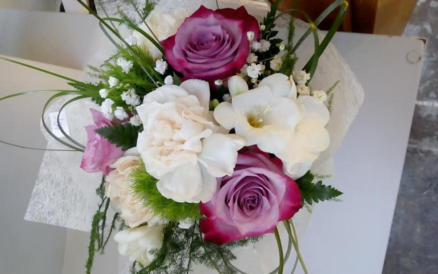 Biało-fioletowy bukiet kwiatów